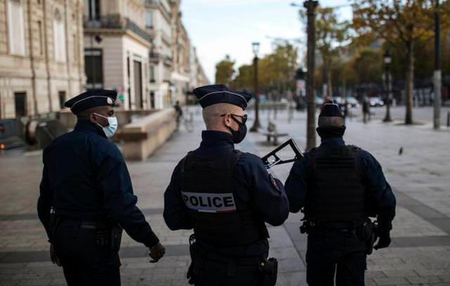 在法国发生多次袭击后,一名砍刀男子出现在巴黎市中心,并被警方逮捕  第1张