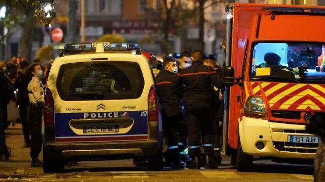 在法国发生多次袭击后,一名砍刀男子出现在巴黎市中心,并被警方逮捕  第3张
