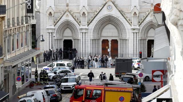 在法国发生多次袭击后,一名砍刀男子出现在巴黎市中心,并被警方逮捕  第2张