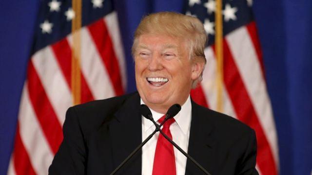 """特朗普宣布""""领先很多""""和""""重大胜利"""",帖子很快被推特和脸书处理"""