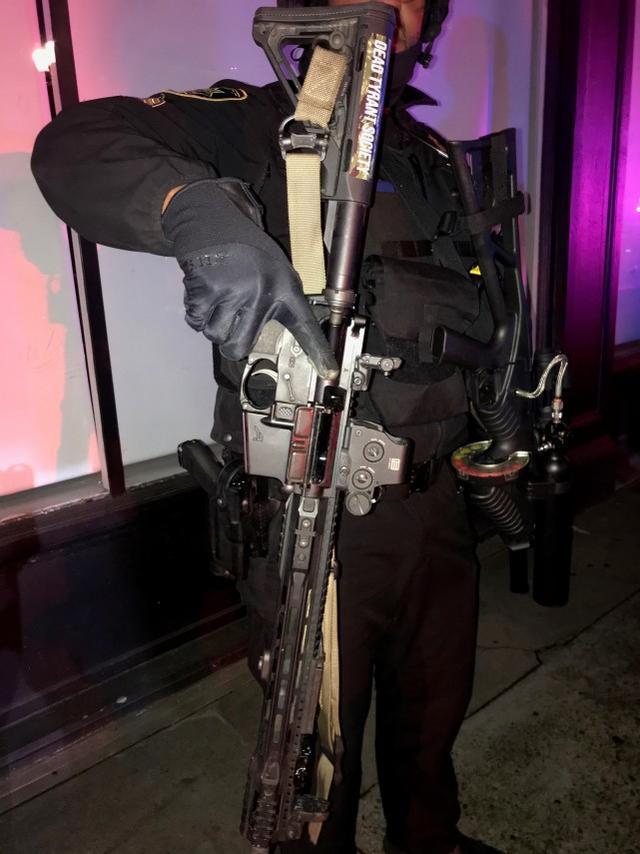美国很多地方爆发抗议,现场出现突击步枪和炸药,商场高速关闭  第2张