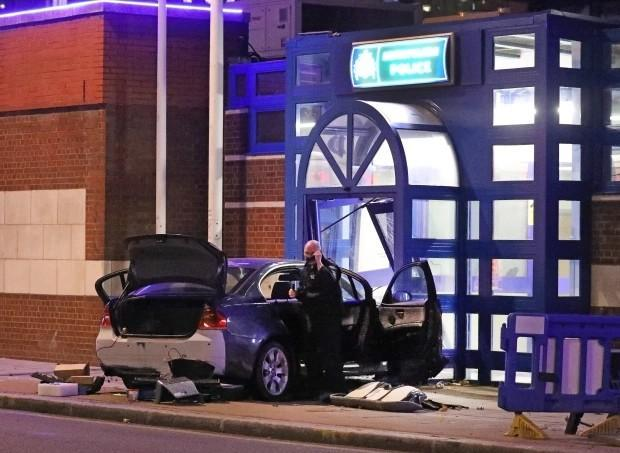 违反防疫规定将被罚款1万。英国男人直接开车进警察局,在街上放火。  第1张