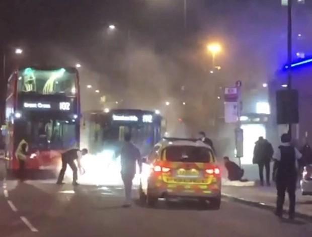 违反防疫规定将被罚款1万。英国男人直接开车进警察局,在街上放火。  第2张