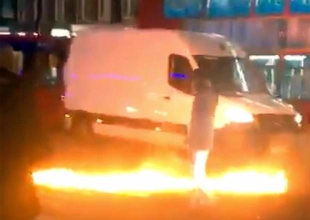 违反防疫规定将被罚款1万。英国男人直接开车进警察局,在街上放火。  第3张