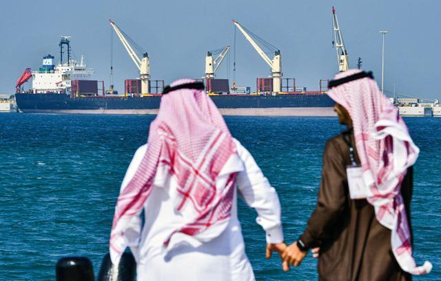 再次轰炸石油设施?沙特阿拉伯声称摧毁了胡塞武装部队的两艘自爆艇和五架无人驾驶飞机。  第1张