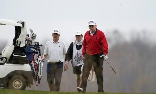 在G20会议期间,当许多国家的领导人讨论新冠肺炎的回应时,特朗普再次去打高尔夫球。  第3张