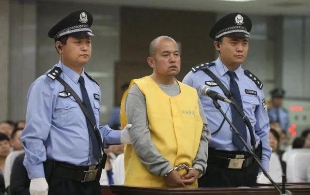在王书金的案件被发回重审后,他首先被判刑:他决定执行死刑。