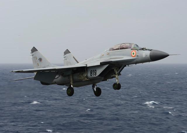 印度军队又撞机了!一架米格-29K舰载机坠海,飞行员获救失踪。