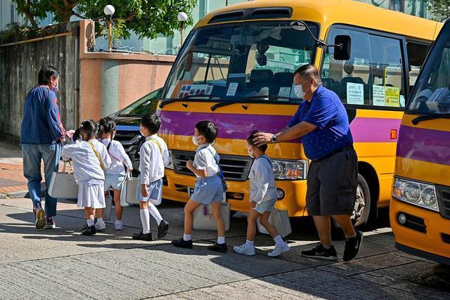 """香港第四波疫情首次失去100条""""防线"""",中小学将暂时停课。  第3张"""