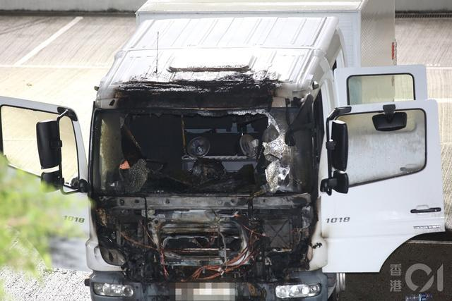 三名黑衣人投掷汽油弹,在香港警察体育娱乐俱乐部听到爆炸声。嫌疑犯仍然在逃。  第2张