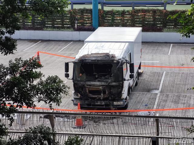 三名黑衣人投掷汽油弹,在香港警察体育娱乐俱乐部听到爆炸声。嫌疑犯仍然在逃。