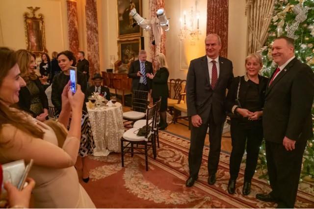 解放自己?美国的感染人数激增,但蓬佩奥几乎每天都要在国务院举办派对。  第2张
