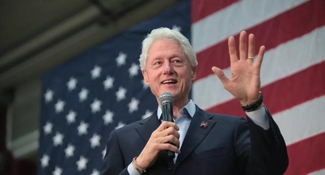 """前高级顾问透露,克林顿曾造访爱泼斯坦的""""恋童癖""""岛,被其家人反驳。"""