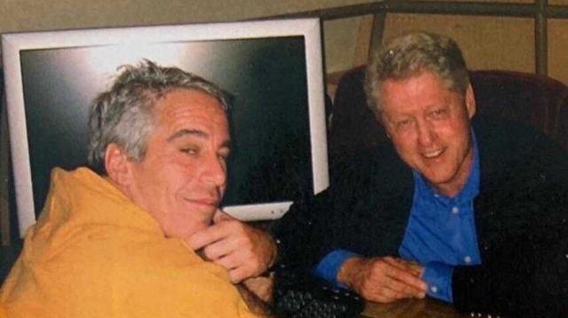 """前高级顾问透露,克林顿曾造访爱泼斯坦的""""恋童癖""""岛,被其家人反驳。  第2张"""