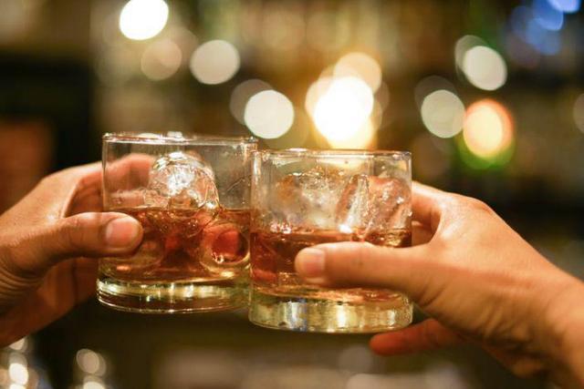 葡萄酒爱好者会不会想哭晕?接受俄罗斯新冠肺炎疫苗后两个月内不能饮酒。  第1张