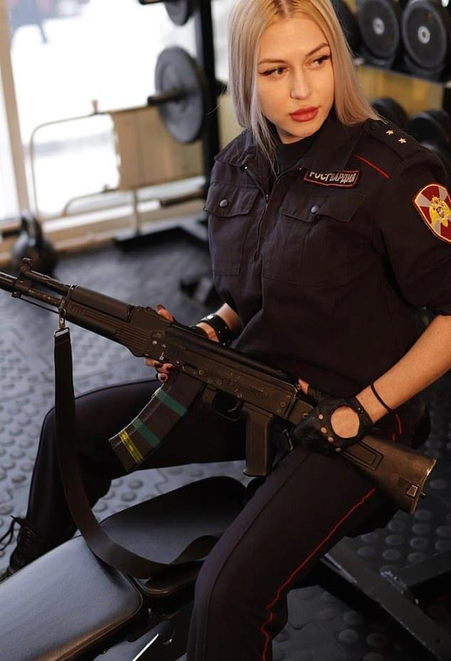 俄罗斯国民警卫队的性感妈妈在赢得选美比赛后被解雇了。官方回应:曝光内部地方。  第1张