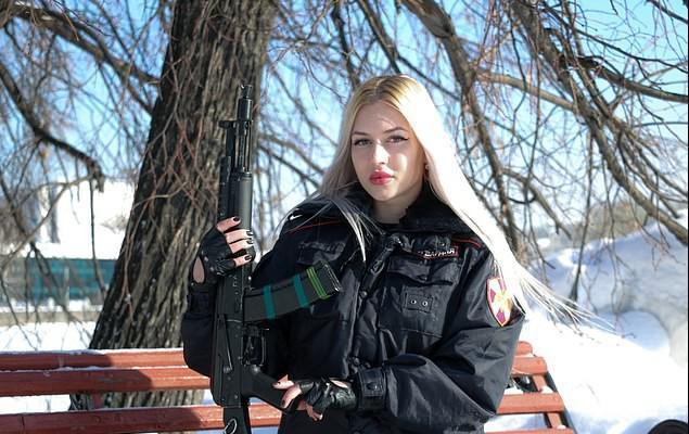 俄罗斯国民警卫队的性感妈妈在赢得选美比赛后被解雇了。官方回应:曝光内部地方。  第2张