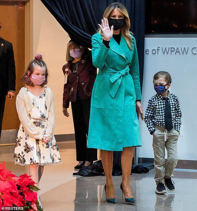 美国媒体:美国第一夫人参观儿童医院,摘下口罩,违反防疫规定。  第2张