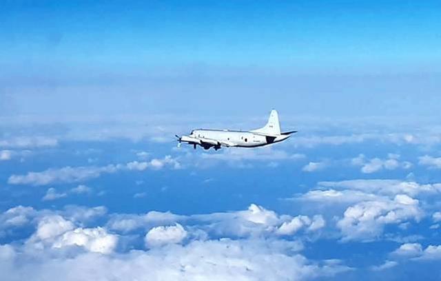 日本的OP-3C巡逻机靠近俄罗斯边境,俄苏30战斗机起飞应对并与之一起飞行。  第1张