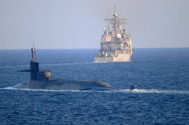 美国佐治亚核潜艇在近距离威慑伊朗,其背后的小圆筒极其危险。  第1张