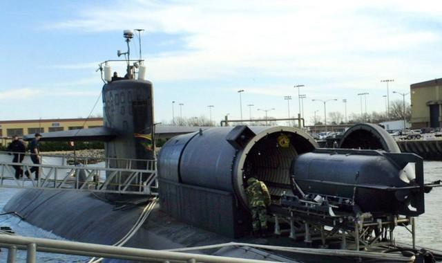 美国佐治亚核潜艇在近距离威慑伊朗,其背后的小圆筒极其危险。  第3张