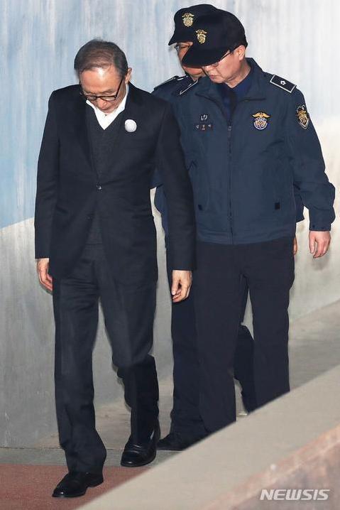 文在寅新年赦免了萨德相关人员等3024人,不包括朴槿惠李明博。  第3张