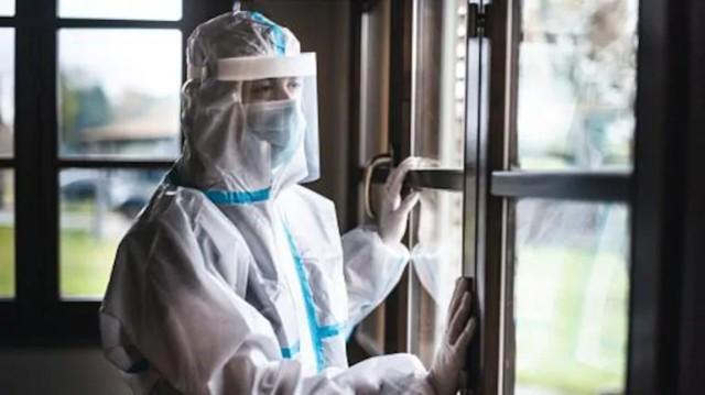 印度尼西亚护士脱下防护服与新冠患者有关,在网上晒黑后被隔离。  第1张