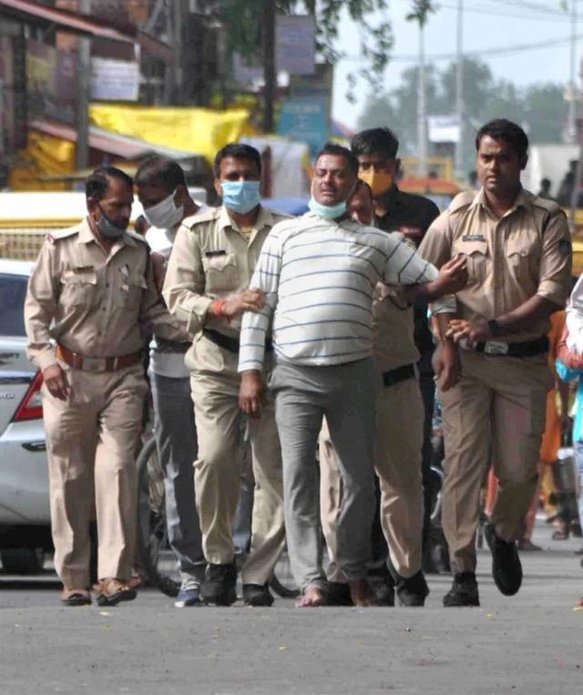 黑帮杀害警察,强奸贱民,警察私刑:印度媒体盘点今年震惊印度的罪行。  第2张
