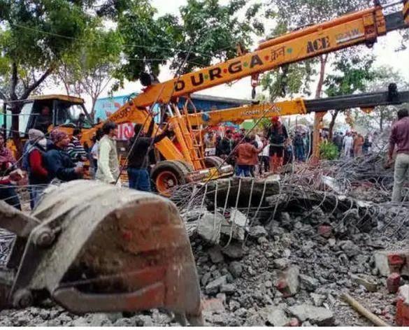 印度火葬场屋顶倒塌前有17人死亡。  第1张
