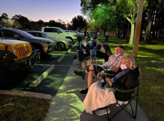 美国媒体:美国数百名老人为了接种疫苗等了几个小时,官员暗中让亲戚朋友插队。  第3张