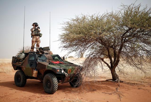 法国女兵马里遭到袭击,惊动马克龙,基地组织分公司主张负责。  第3张
