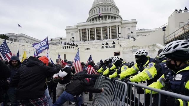"""拜登称闯入美国的抗议者为""""恐怖分子"""",佩洛西要求特朗普下台。  第2张"""