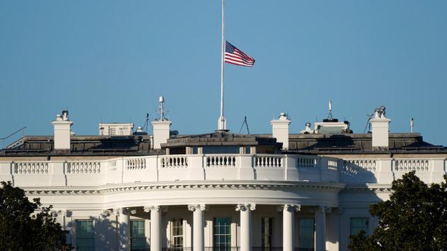 在受到广泛批评后,特朗普下令降半旗,向在美国奥运会上牺牲的警察致敬。  第1张