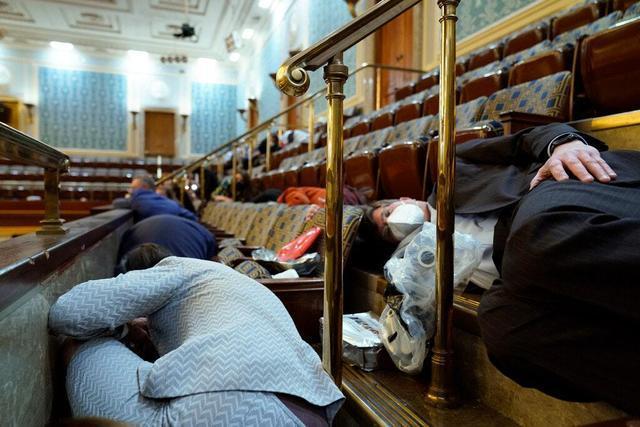 更糟!在美国,几十名国会议员将被暴乱,藏在新冠病人被隔离的房间里。  第3张