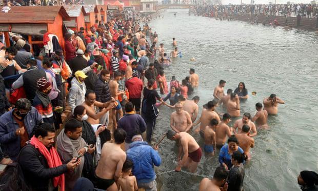 """""""地球上最伟大的真理是死亡"""":疫情期间,数百万印度朝圣者沐浴在恒河中。"""