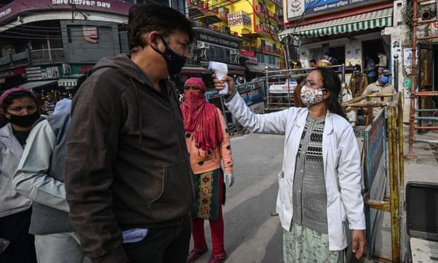 """""""地球上最伟大的真理是死亡"""":疫情期间,数百万印度朝圣者沐浴在恒河中。  第2张"""