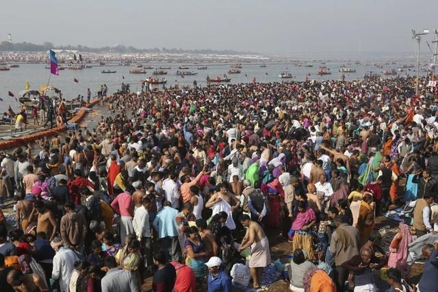 """""""地球上最伟大的真理是死亡"""":疫情期间,数百万印度朝圣者沐浴在恒河中。  第3张"""