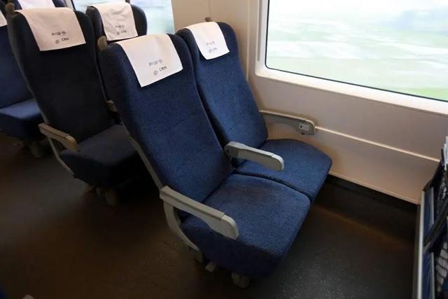 该男子买了二等座却占了一等座,侮辱空姐,被拘留了五天。  第1张